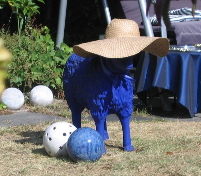 es ist ein auf ewig blaues Schaf mit Sonnenhut